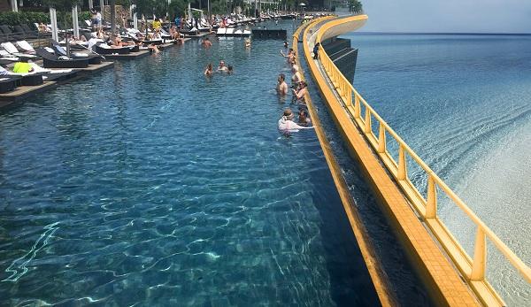 Trải nghiệm bể bơi vô cực dát vàng 24K trên tầng thượng