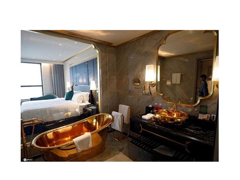 Báo Anh đăng tải bộ ảnh chụp bên trong khách sạn dát vàng ở Hà Nội